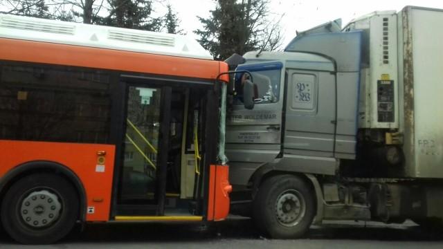 Шофёр автобуса скончался зарулем иврезался в грузовой автомобиль вНижнем Новгороде