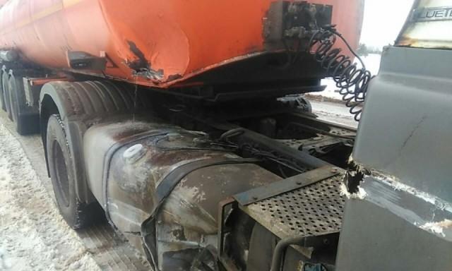 ВКировской области столкнулись грузовой автомобиль ибензовоз: горючее вылилось надорогу