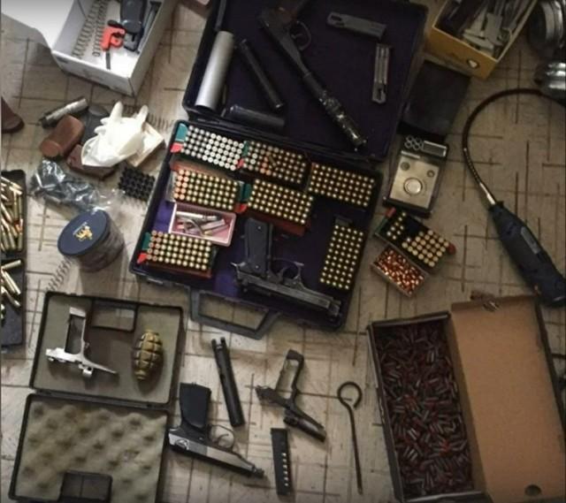 Полицейские нашли в квартире у нижегородца оружие и порох (ВИДЕО)