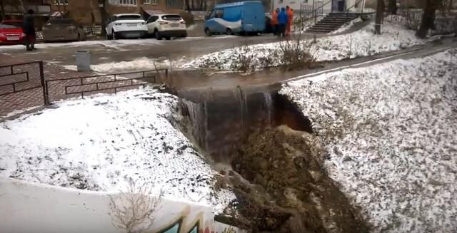 Склон врайоне набережной Феодоровского вНижнем Новгороде размывается из-за прорыва водопровода