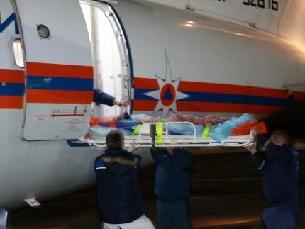 2-х тяжелобольных севастопольцев отправили спецбортом МЧС вСанкт-Петербург