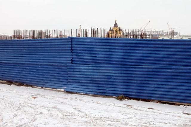 Синий забор наНижневолжской набережной уберут в нынешнем году